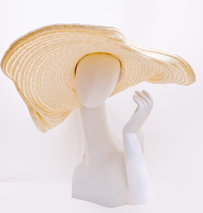 Hat oversized wide brimmed in stitched straw and with head and grosgrain-modeled natural